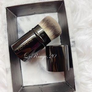 Hourglass retractable powder / foundation brush